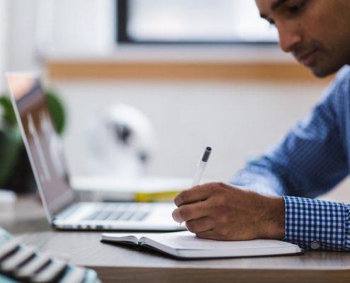 Jonge man bereidt zich voor achter de laptop
